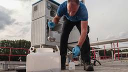 Zo worden rioolwatermonsters afgenomen en getest op coronavirusdeeltjes.