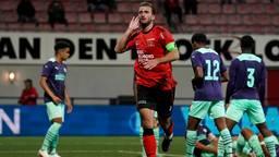 Robin van der Meer krijgt Jong PSV stil met zijn openingstreffer voor Helmond Sport (foto: Orange Pictures).