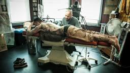 Darko Groenhagen zet een tattoo bij een klant. Privéfoto.