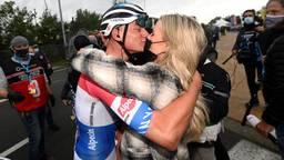 Mathieu van de Poel viert winst Ronde van Vlaanderen met zijn vriendin
