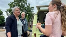 De Roosendaalse wethouder Klaar Koenraad in gesprek met een wijkbewoner (foto: Erik Peeters)