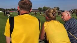 Supporters kijken naar de eerste training onder leiding van Maurice Steijn.