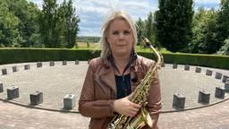 Overlevende Nicole bij het monument waar op 15 juli herdacht wordt.