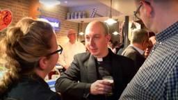 Pastor Geoffrey de Jong begeeft zich graag onder de mensen.