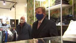 De koning bezocht meerdere getroffen winkels.