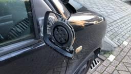Een van de vele vernielde auto's in Tilburg (foto: Jan Waalen).