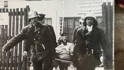 Gewonden en overledenen werden uit het hotel gehaald (foto: collectie brandweermuseum Eindhoven)