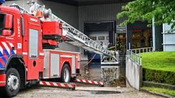 Bij een bedrijf aan de Pauvreweg in Etten-Leur moest de brandweer water wegpompen (Foto: Tom van der Put).