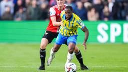 Vurnon Anita knokt zich voorbij Feyenoord-middenvelder Guus Til (foto: Orange Pictures).