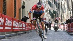 Felle demarrage van Mathieu van der Poel in Strade Bianche (Foto: ANP/Zuma Press).