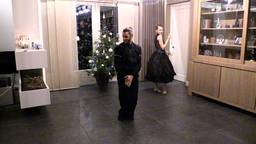Twee dansers van het Scapino Ballet treden op in de woonkamer. (Foto: Omroep Brabant)