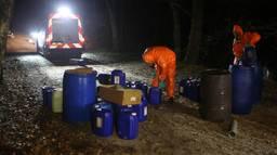 Een gespecialiseerd bedrijf werd opgeroepen om de vaten te verwijderen (foto: Remco de Ruijter).