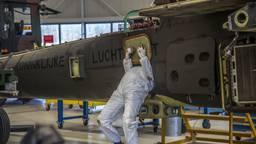 Onderhoud aan een Apache op vliegbasis Woensdrecht (foto: ANP).