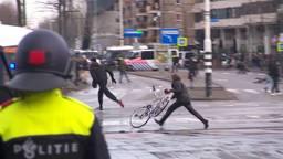 Een van de 57 veroordeelden van de rellen in Eindhoven met een fiets (archieffoto).