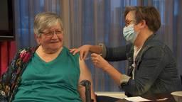 Honderdduizenden 75- tot 79-jarige thuiswonende Nederlanders krijgen vanaf zaterdag een uitnodiging voor een coronavaccinatie (archieffoto: Tessel Linders).