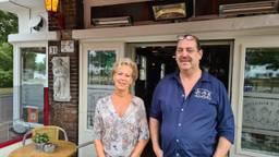 Ben en Jolanda van Engelen voor café 't Engeltje (foto: Noël van Hooft).