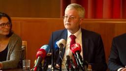 Burgemeester Weterings tijdens de persconferentie een dag nadat de eerste patiënt bekend is gemaakt.