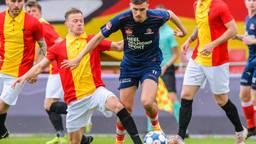 Lance Duijvesteijn (Helmond Sport) omspeelt Boud Lucassen (Foto: Orange Pictures).