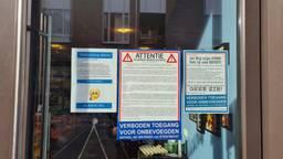Pamfletten op de gevel van de Delicious Store in Eindhoven (foto: Omroep Brabant).