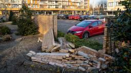 De omgevallen muur bij de Sint-Janskerk in Waalwijk (foto: Iwan van Dun/SQVision).