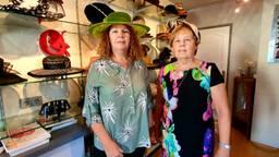 Jeanne en Jeanne verkopen minder hoeden door corona (foto: Dirk Verhoeven).