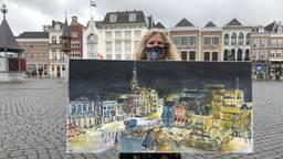 Marion met haar schilderij en mondkapje 'markt by night' (foto: Imke van de Laar).