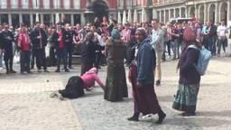 Vrouw drukt op voor geld (foto: Pablo Vander Twitter).