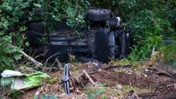 Auto belandt op zijn kant tussen de bomen na botsing in Milheeze
