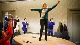 Anne-Marie Spierings (l) viert feest met Sigrid Kaag (foto: ANP).