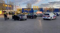 Een impressie van de parkeerplaats na de schietpartij. De auto's op de foto hebben er niets mee te maken (foto: Bert van Doorn).