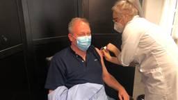 Huisarts Kuijpers uit Berlicum heeft uitgekeken naar de vaccinatie. (Foto: Tonnie Vossen)