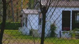 De honderd vluchtelingen worden opgevangen in leegstaande vakantiehuisjes.