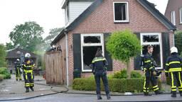 De brandweer bij het huis in Sprundel waar de brand woedde (foto: Perry Roovers/SQ Vision).