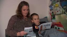 Renee leest haar zoontje voor.