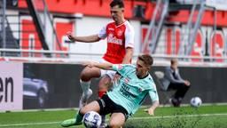 Dean van der Sluijs (Helmond Sport, liggend) in duel met Rico Zeegers (Foto: Orange Pictures).