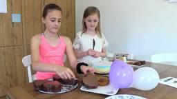 Kim (10) en Milou (8) maakten een taartenproeverij.