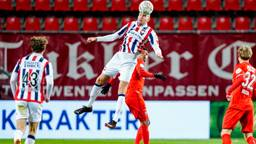 Sven van Beek kopt de bal weg bij FC Twente-aanvaller Danilo (foto: OrangePictures).