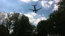 Een vliegtuig dat landt op Eindhoven Airport (foto: Raoul Cartens).