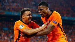 Donyell Malen en Denzel Dumfries vieren de tweede treffer van Oranje (Foto: ANP).