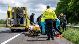 De gewonde motorrijder is na het ongeluk op de A59 met een ambulance naar een ziekenhuis gebracht (foto: Marcel van Dorst/SQ Vision).