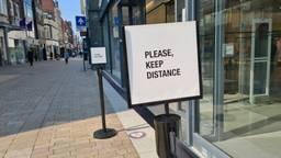 Paaltjes bij een winkelwachtrij in het centrum van Tilburg (foto: Omroep Brabant).