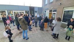 De ouders wachten met hun kinderen voor basisschool 't Schrijverke in Goirle.