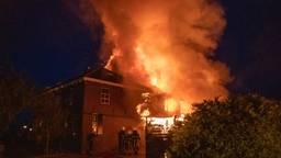 Grote vlammen uit een huis in Genderen (foto: Jurgen Versteeg/SQ Vision Mediaprodukties).