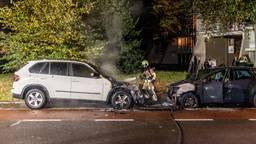 In de Cobbenhagenlaan in Tilburg gingen vrijdagavond twee auto's in vlammen op (foto: Jack Brekelmans/SQ Vision).