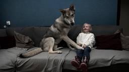 Selena en haar wolfhond Mateo die nooit van haar zijde wijkt (Foto: Marielle van Uitert)