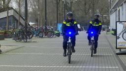 Twee politiebikers met blauw 'zwaailicht' in Tilburg. (foto: Raoul Cartens)