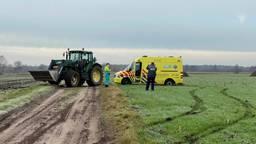 Een tractor trok de ambulance uit de modder (foto: SQ Vision).