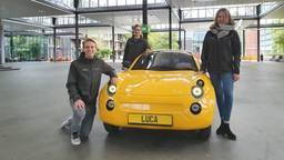 Lisa, Matthijs en Sietze bij hun zelfgebouwde auto
