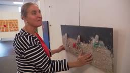 Kunstenares Mirjam Damstra maakt schilderijen met verschillende materialen en structuren.