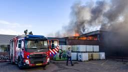Er komt veel rook vrij bij de brand (foto: Marcel van Dorst/SQ Vision Mediaprodukties).